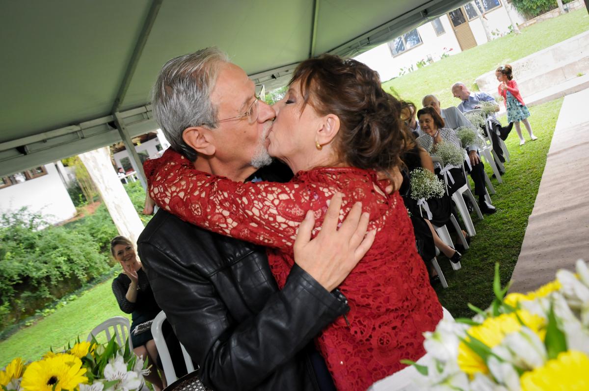 beijo-dos-noivos-no-sítio-granja-viana-festa-adulto-bodas-de-ouro-placidia-e-eider