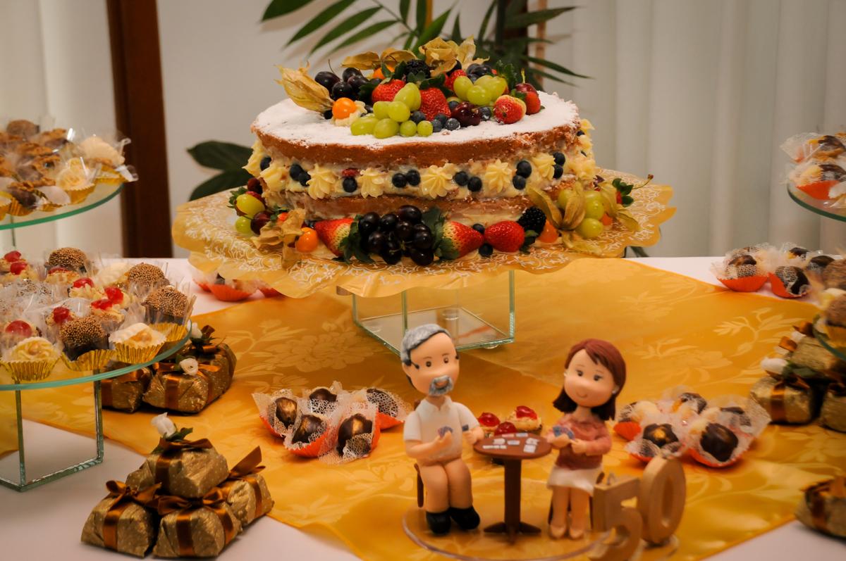 detalhes-da-mesa-decorada-no-sítio-granja-viana-festa-adulto-bodas-de-ouro-placidia-e-eider