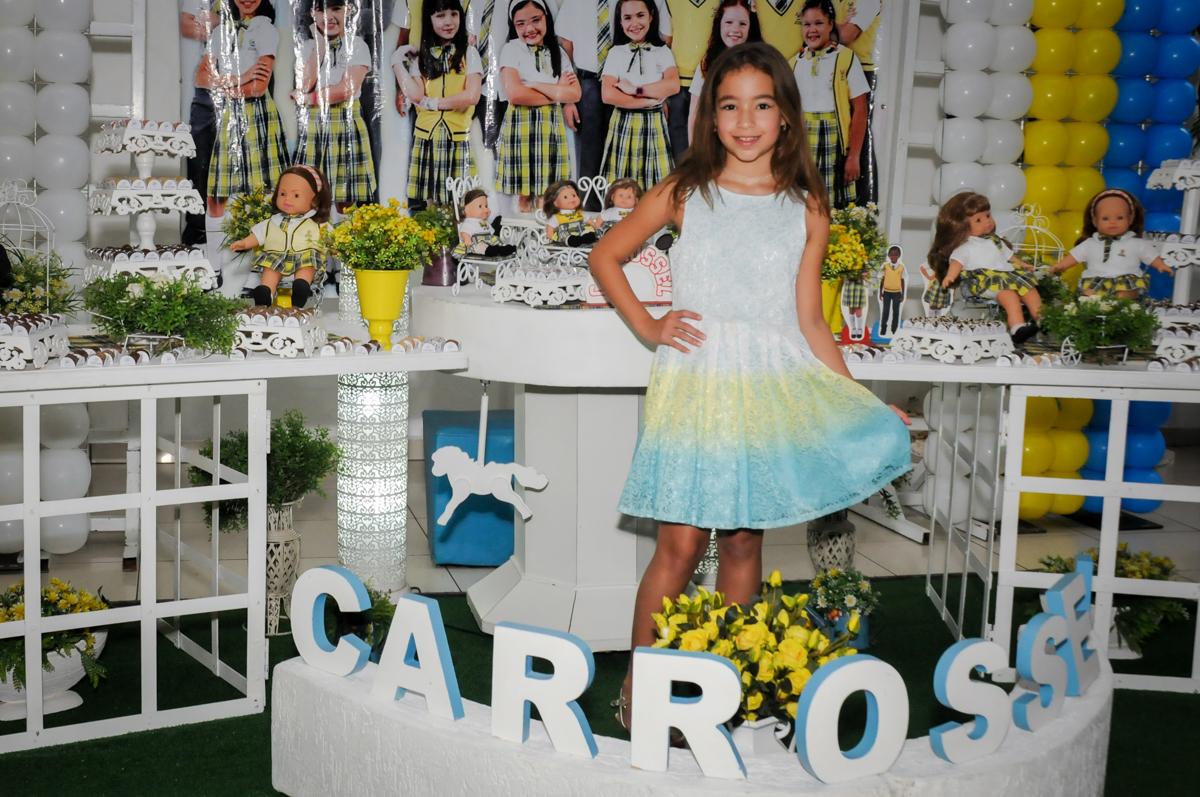 irmã-da-niversariante-é-fotografada-no-buffet-comics-morumbi-sp-festa-infantil-fotografia-de-marina-5-anos-tema-da-festa-carrossel