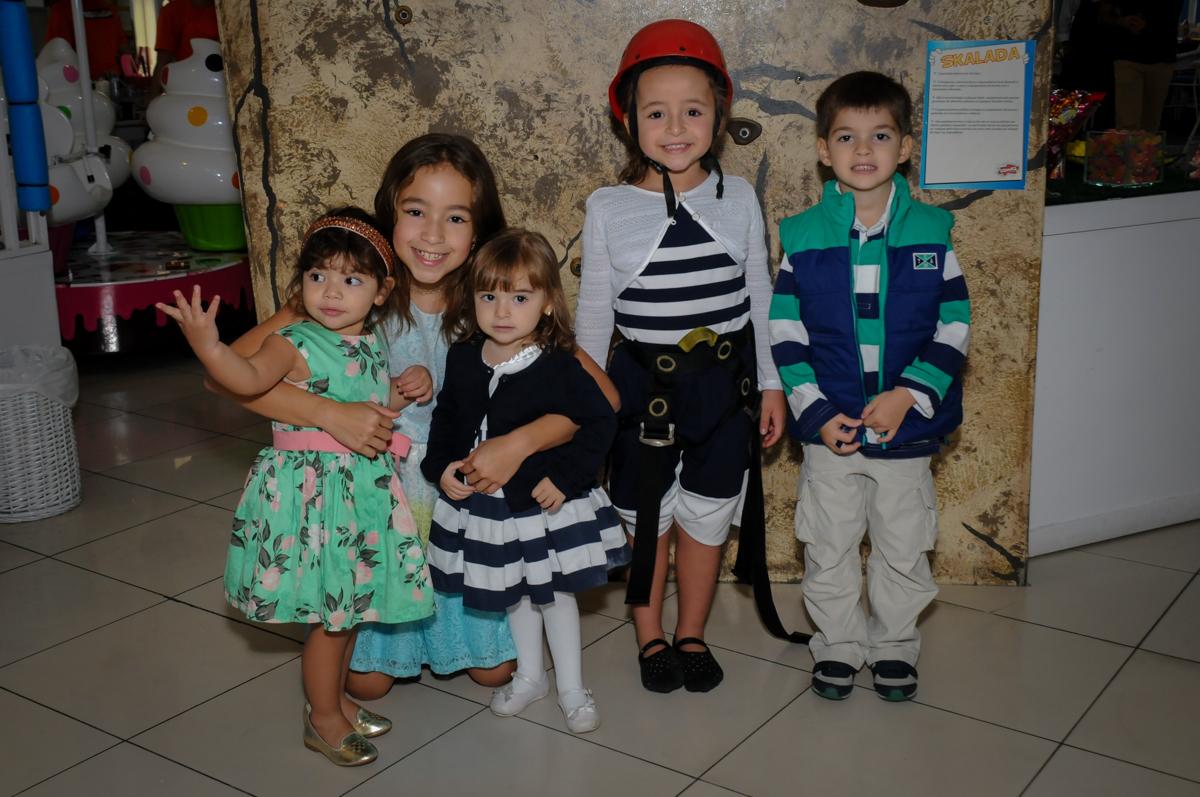 foto-das-amigas-no-buffet-comics-morumbi-sp-festa-infantil-fotografia-de-marina-5-anos-tema-da-festa-carrossel