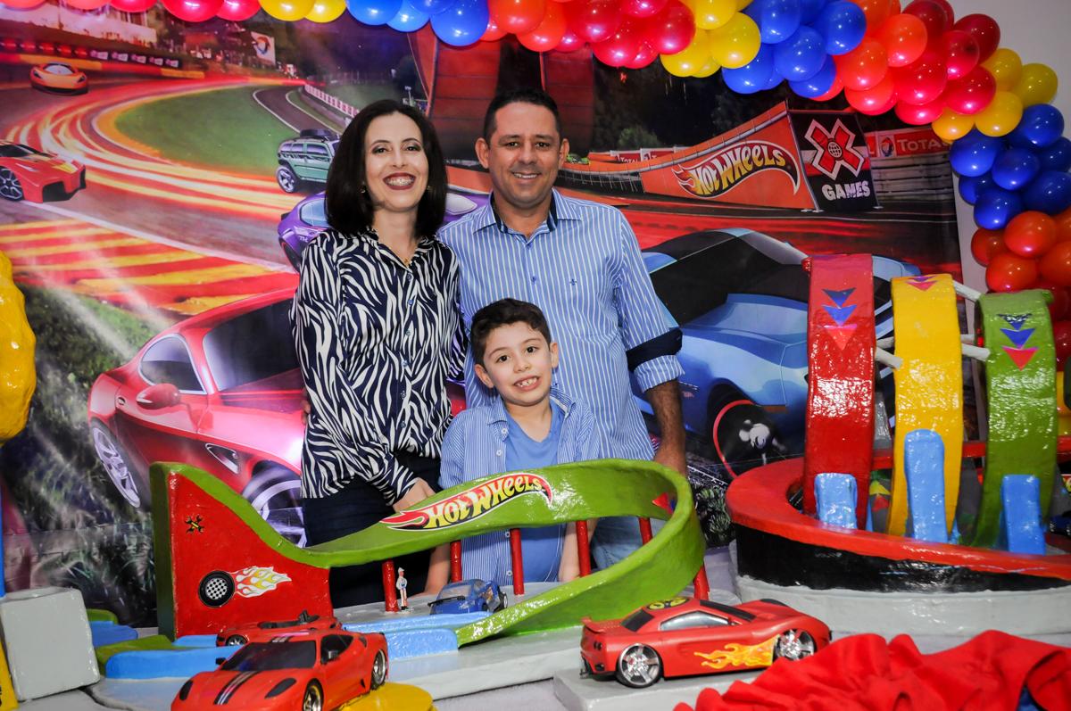 fotografia da familia na mesa deorada hot wheels