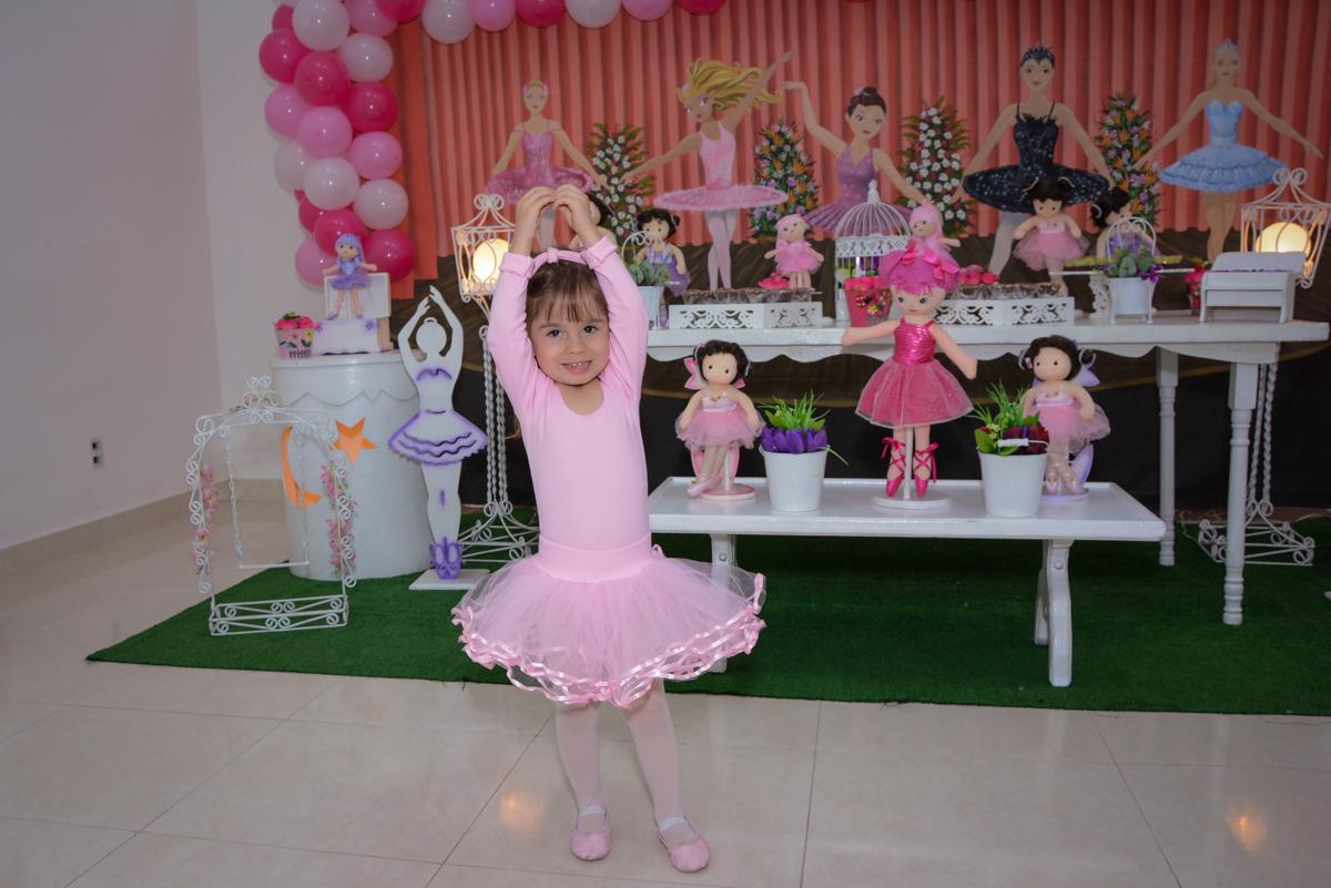 bailarina linda em frente a mesa decorada no Buffet Espaço Play, Osasco, São Paulo