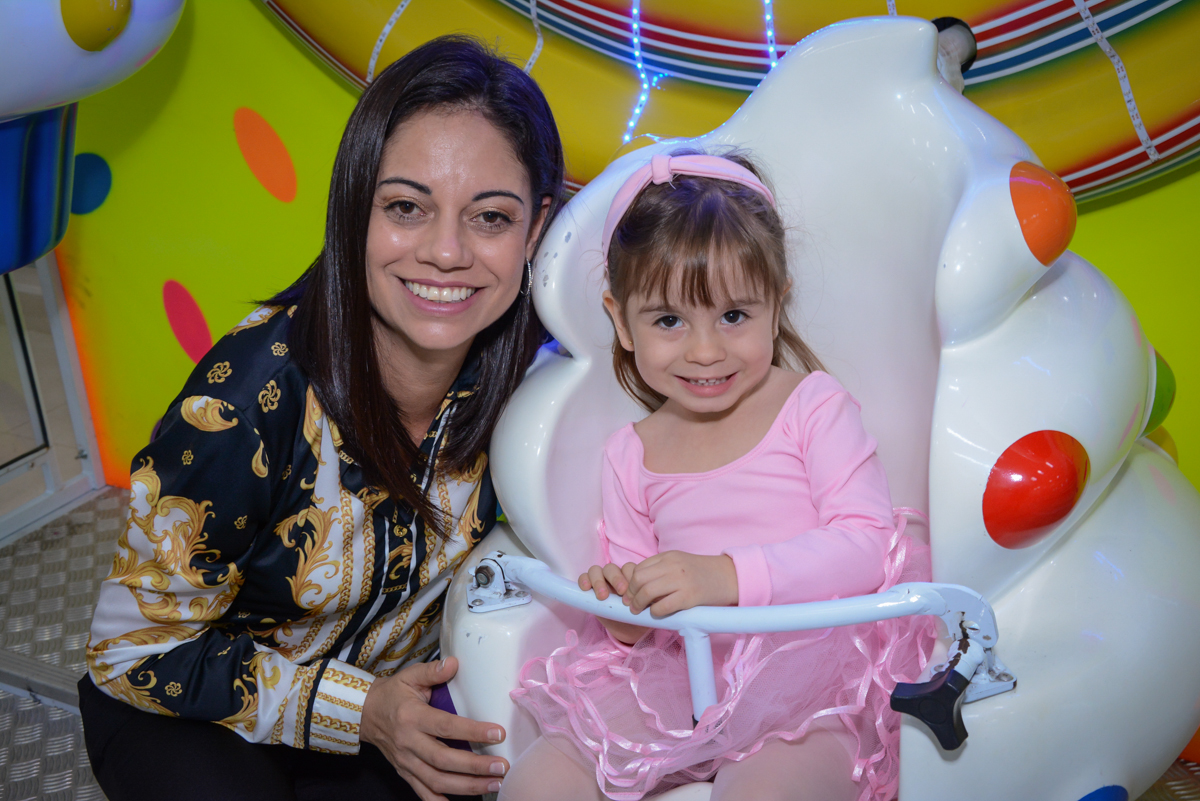 brincando no carrossel com a mamãe no Buffet Espaço Play, Osasco, São Paulo