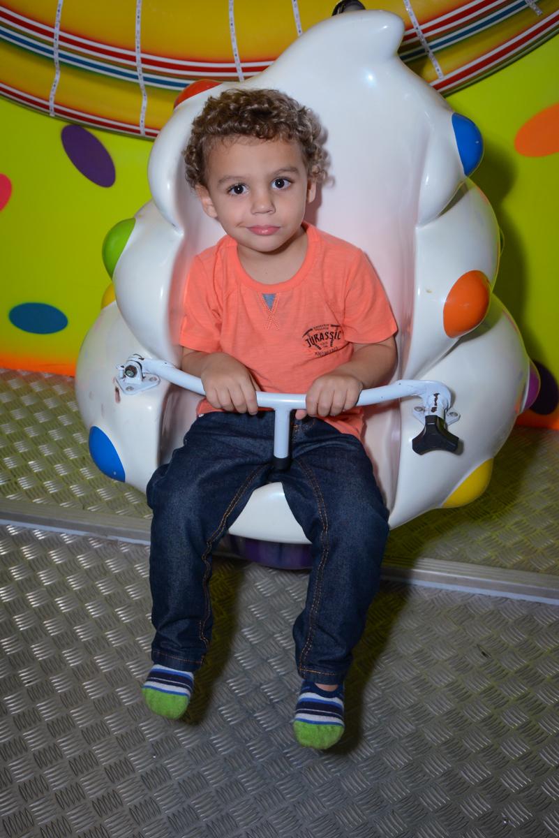 amiguinho brinca no carrossel no Buffet Espaço Play, Osasco, São Paulo