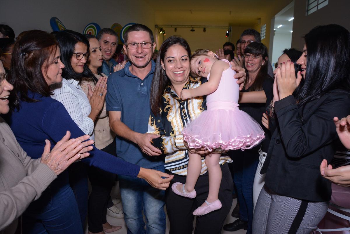 entrada da família para o parabéns no Buffet Espaço Play, Osasco, São Paulo