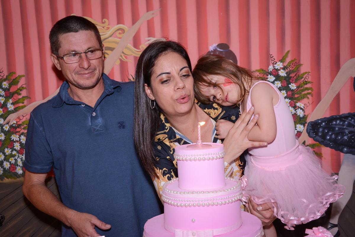 assoprando a vela do bolo no Buffet Espaço Play, Osasco, São Paulo