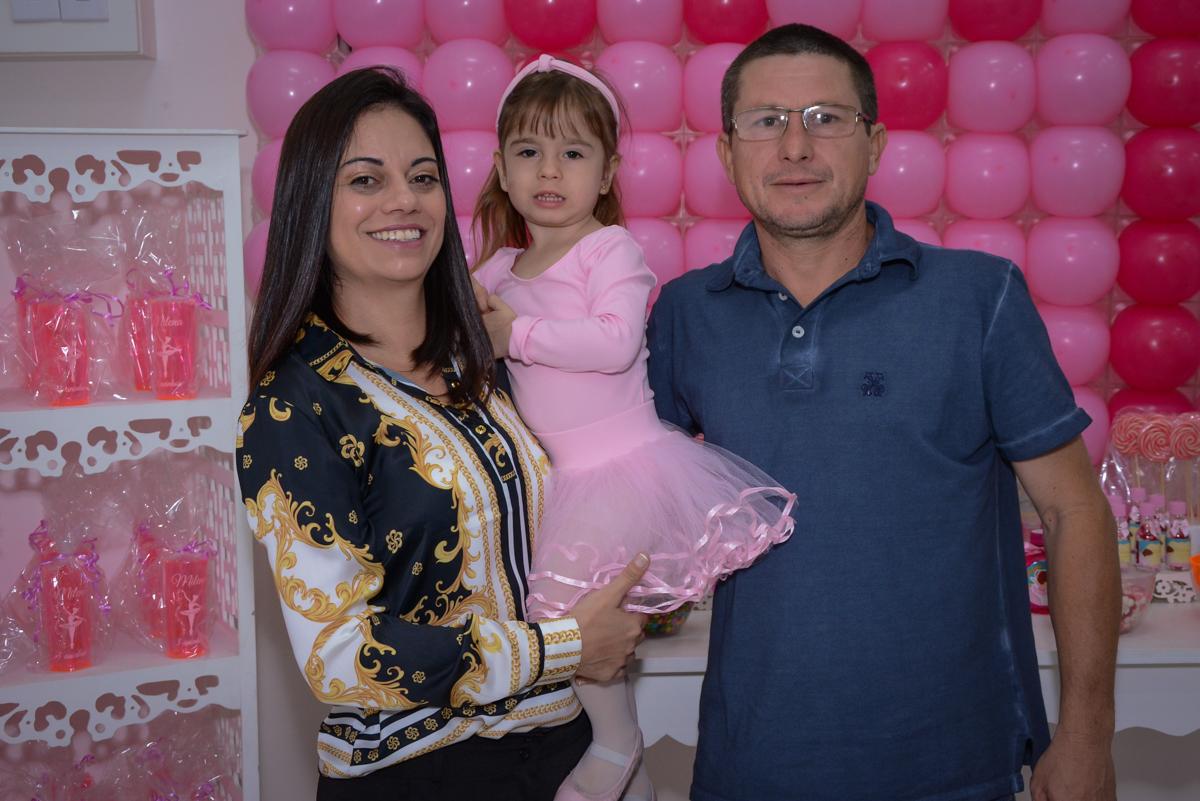 fotografia da família no arco de bexigas no Buffet Espaço Play, Osasco, São Paulo