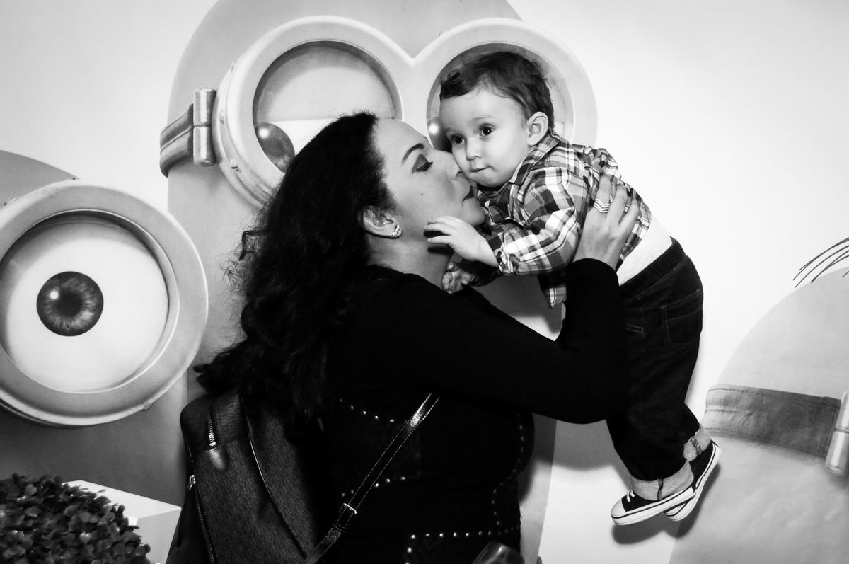 carinho gostoso da mamãe em seu filho no Buffet Fábrica da Alegria, Morumbi, São Paulo, SP