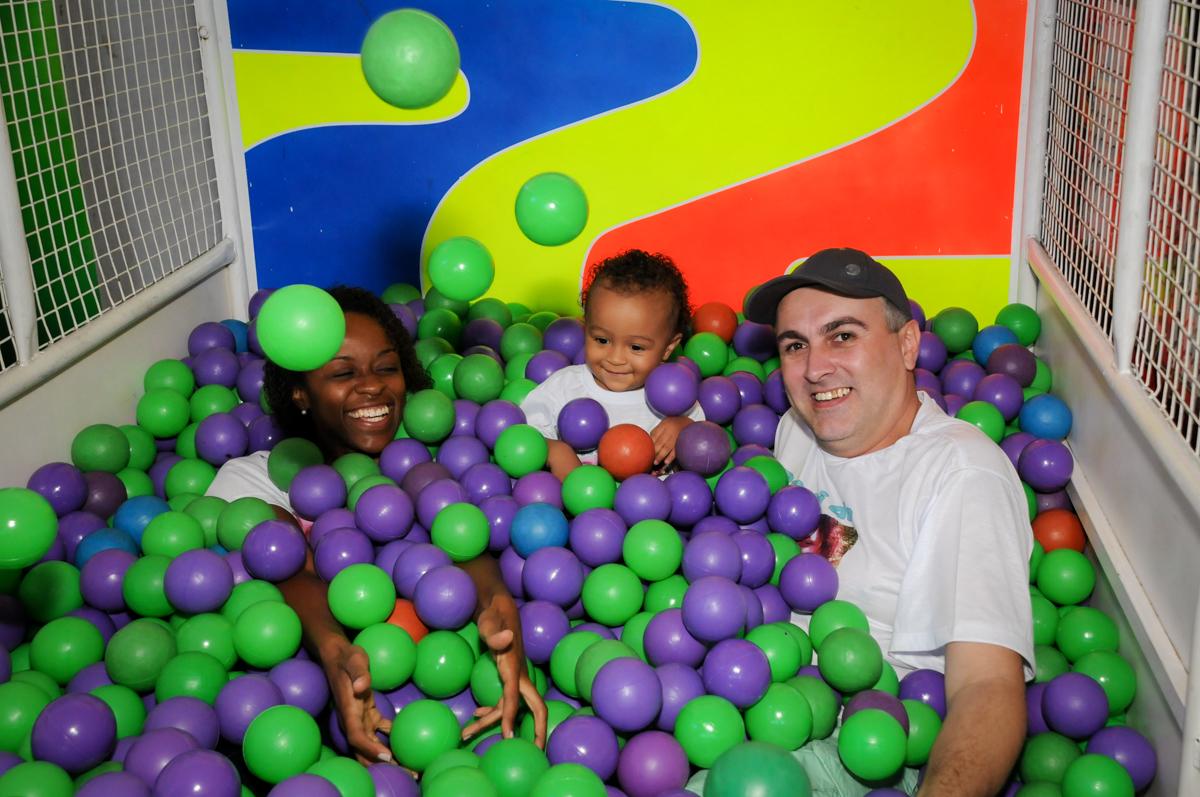 A família brincam na piscina de bolinha no Buffet Fábrica da Alegria, Morumbi, SP, aniversário de Carlos 1 ano, tema da mesa Discovery Kids