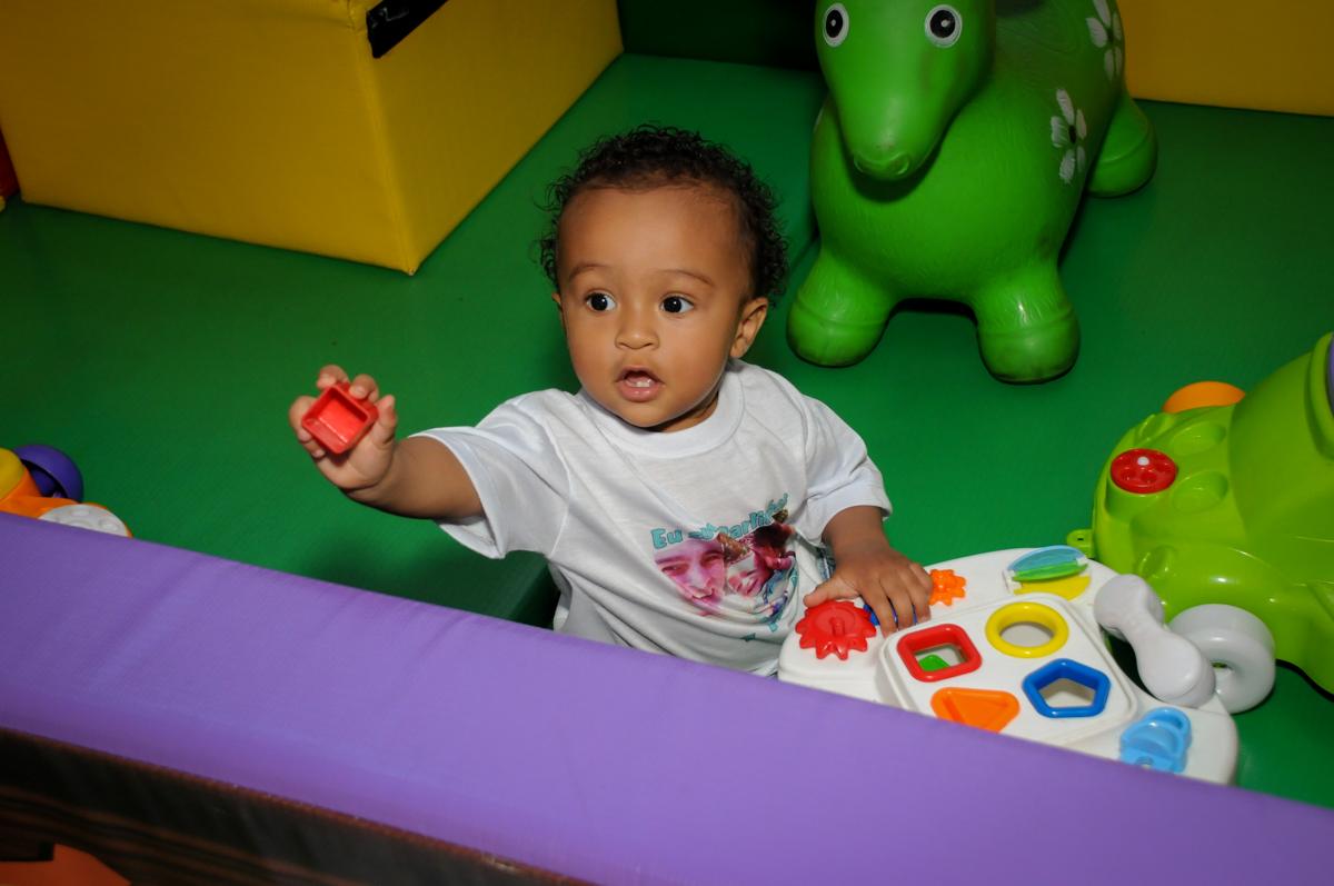 brincando na área baby no Buffet Fábrica da Alegria, Morumbi, SP, aniversário de Carlos 1 ano, tema da mesa Discovery Kids