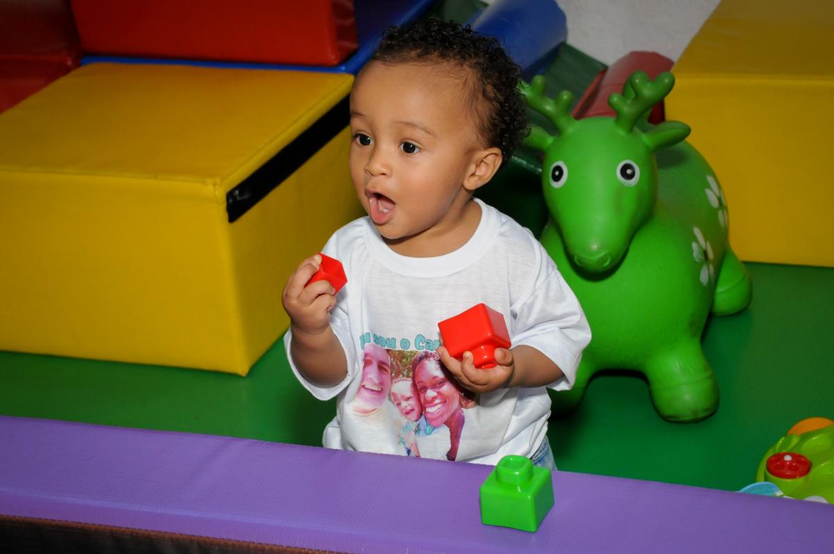montando os brinquedos no Buffet Fábrica da Alegria, Morumbi, SP, aniversário de Carlos 1 ano, tema da mesa Discovery Kids