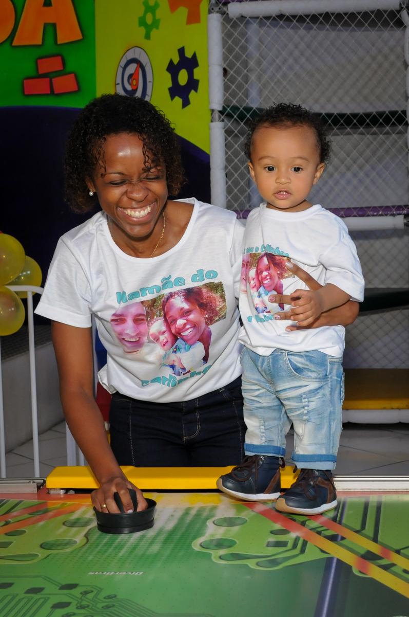 jogo de futebol de mesa no Buffet Fábrica da Alegria, Morumbi, SP, aniversário de Carlos 1 ano, tema da mesa Discovery Kids