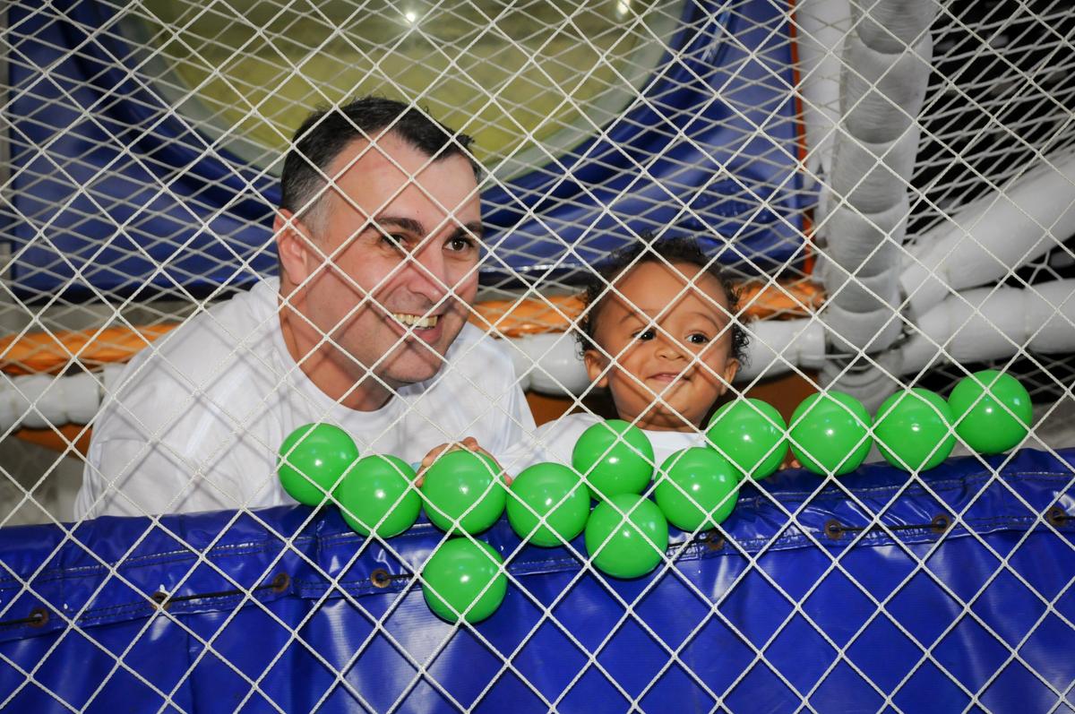 pai e filho brincam no brinqudão no Buffet Fábrica da Alegria, Morumbi, SP, aniversário de Carlos 1 ano, tema da mesa Discovery Kids