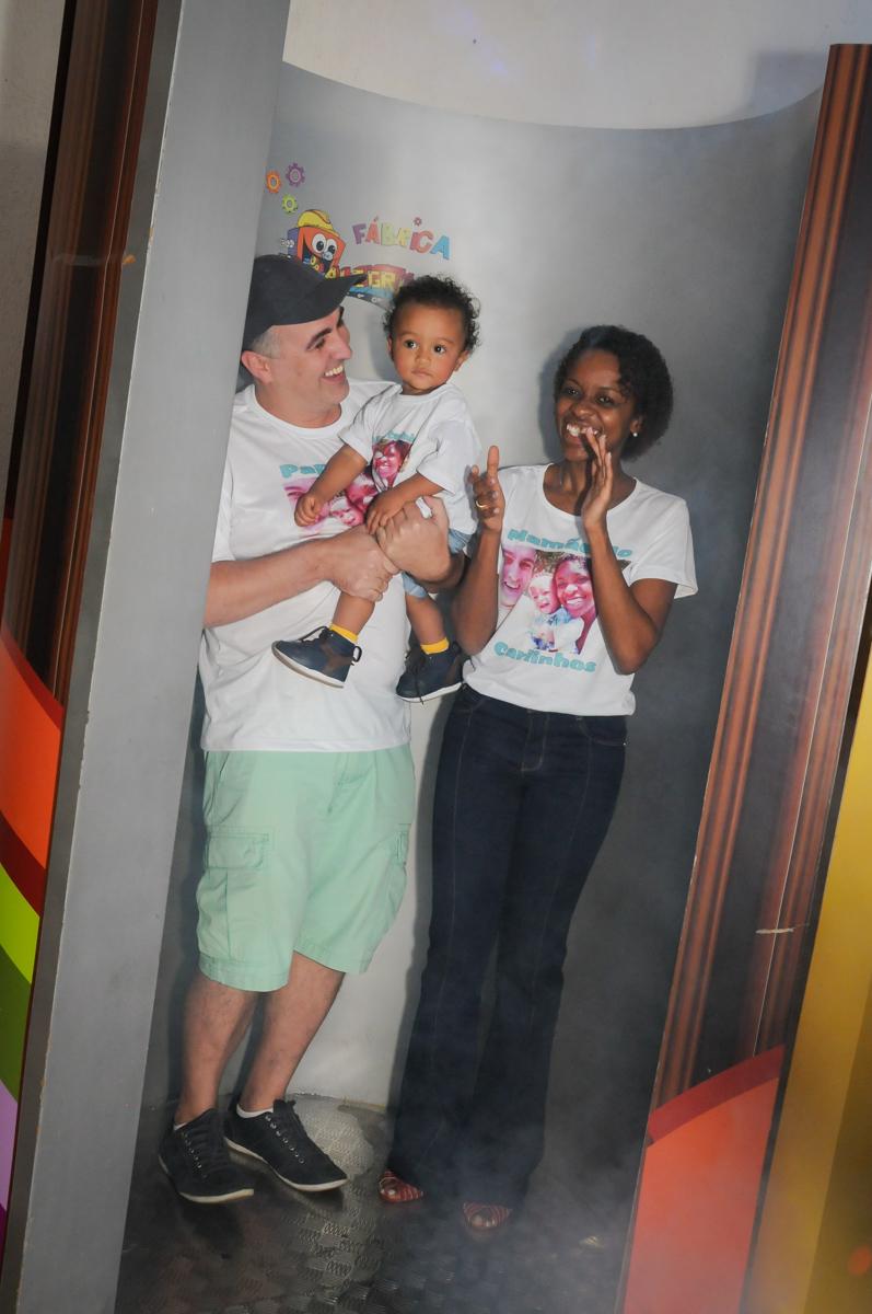 saindo da máquina do parabéns no Buffet Fábrica da Alegria, Morumbi, SP, aniversário de Carlos 1 ano, tema da mesa Discovery Kids