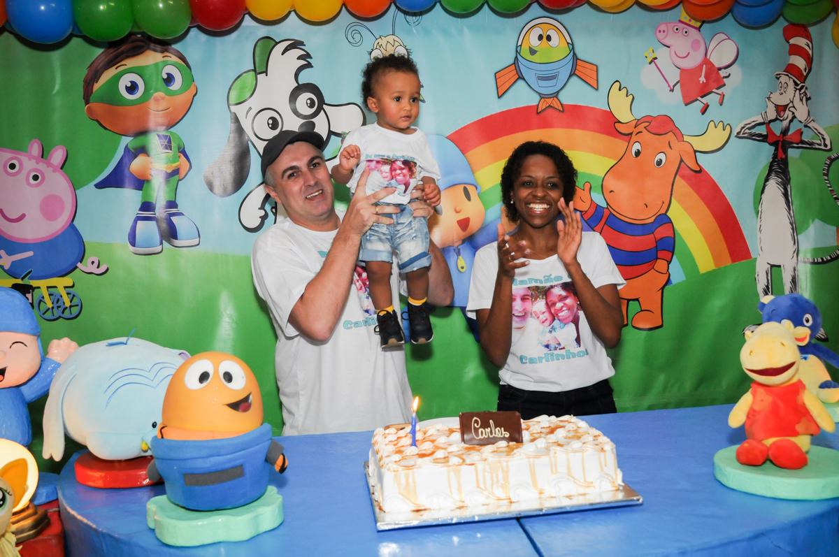 muita alegria na hora do parabéns no Buffet Fábrica da Alegria, Morumbi, SP, aniversário de Carlos 1 ano, tema da mesa Discovery Kids