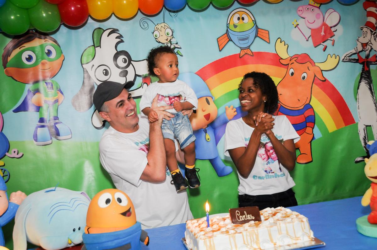 aniversariante feliz na hora do parabéns no Buffet Fábrica da Alegria, Morumbi, SP, aniversário de Carlos 1 ano, tema da mesa Discovery Kids