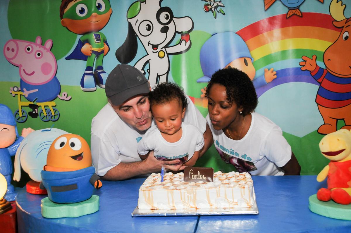 soprando a vela do bolo no Buffet Fábrica da Alegria, Morumbi, SP, aniversário de Carlos 1 ano, tema da mesa Discovery Kids