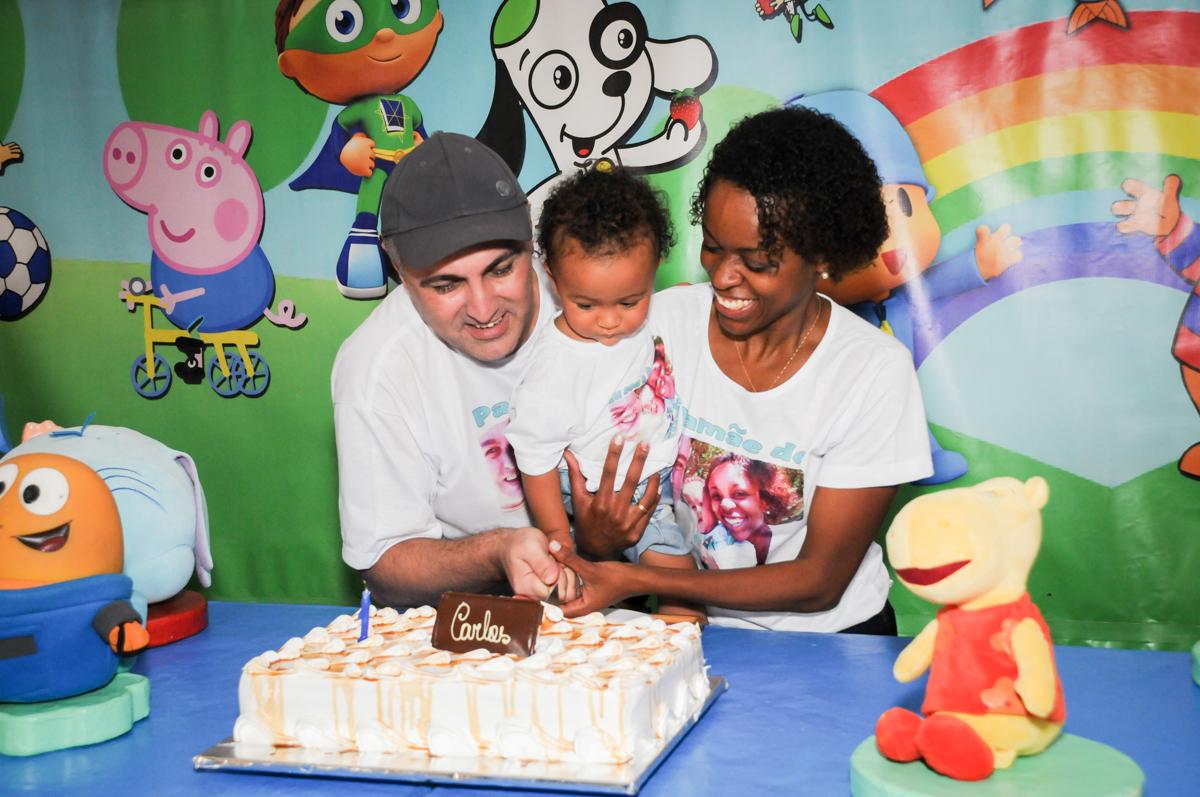 corte do primeiro pedaço de bolo no Buffet Fábrica da Alegria, Morumbi, SP, aniversário de Carlos 1 ano, tema da mesa Discovery Kids