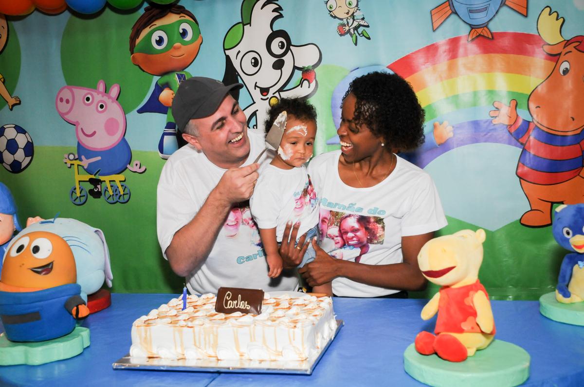 papai lambuza o aniversariante com bolo no Buffet Fábrica da Alegria, Morumbi, SP, aniversário de Carlos 1 ano, tema da mesa Discovery Kids