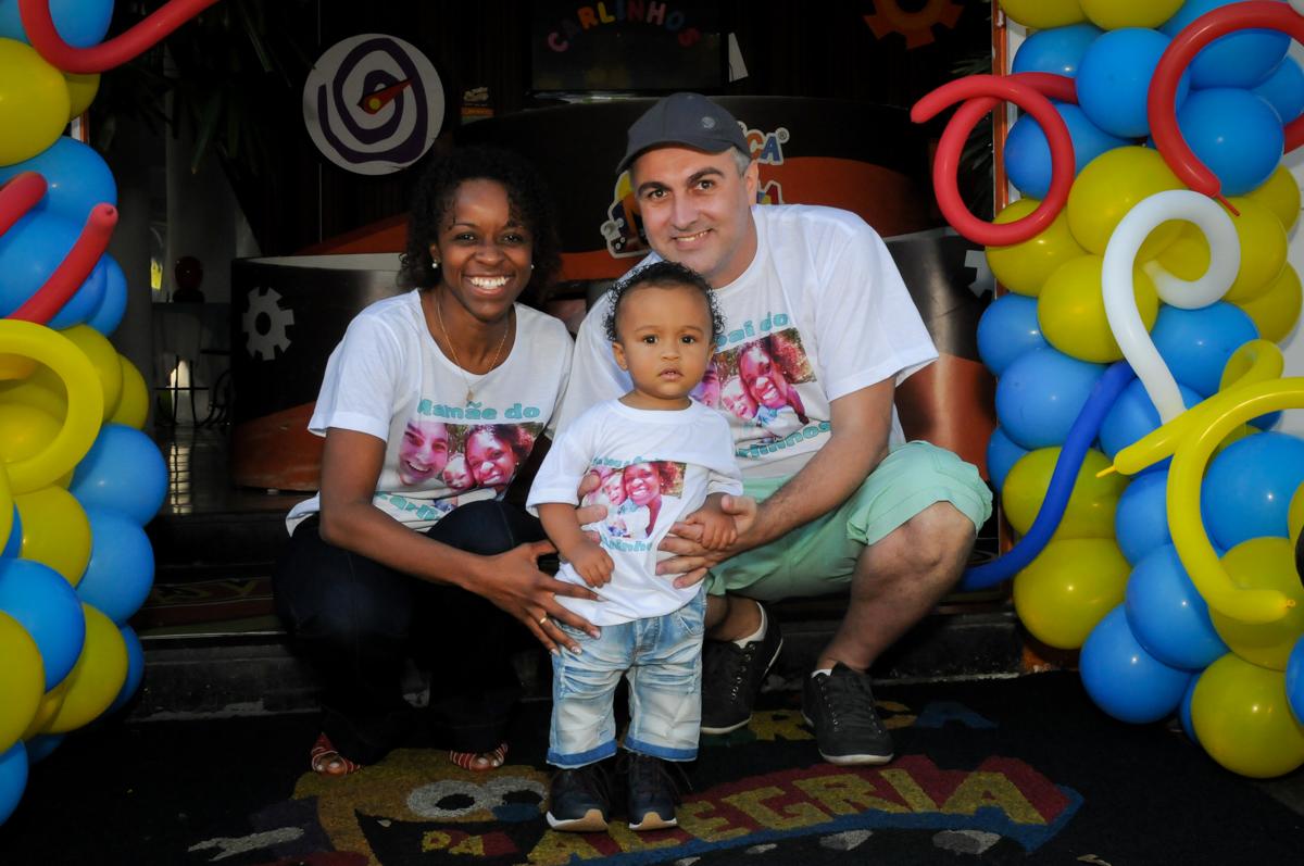 fotografia da família no arco de bexigas no Buffet Fábrica da Alegria, Morumbi, SP, aniversário de Carlos 1 ano, tema da mesa Discovery Kids