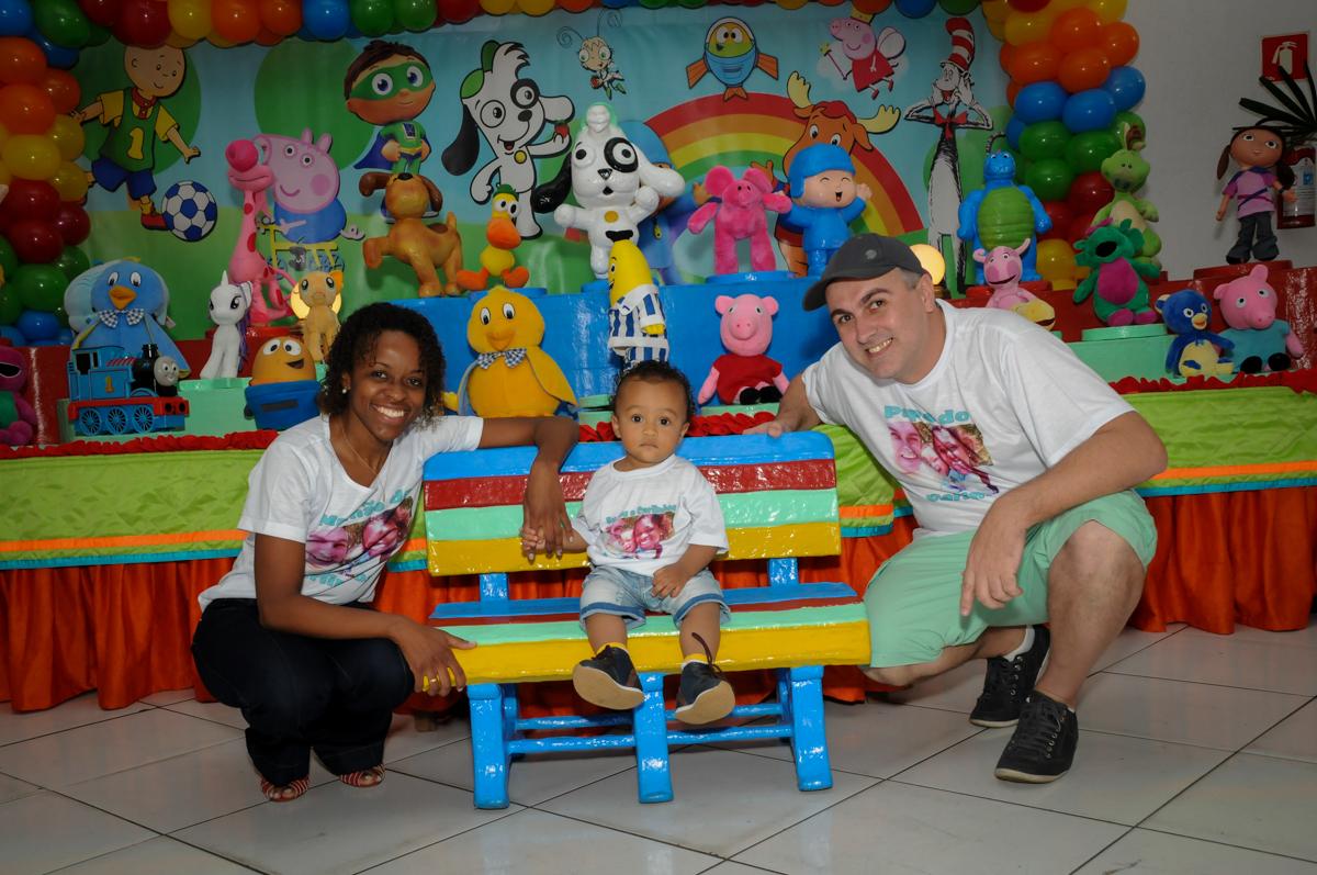 foto em frente a mesa no Buffet Fábrica da Alegria, Morumbi, SP, aniversário de Carlos 1 ano, tema da mesa Discovery Kids