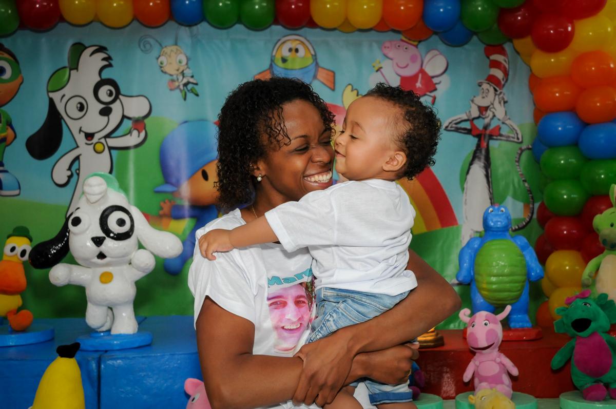 carinho da mamãe no Buffet Fábrica da Alegria, Morumbi, SP, aniversário de Carlos 1 ano, tema da mesa Discovery Kids