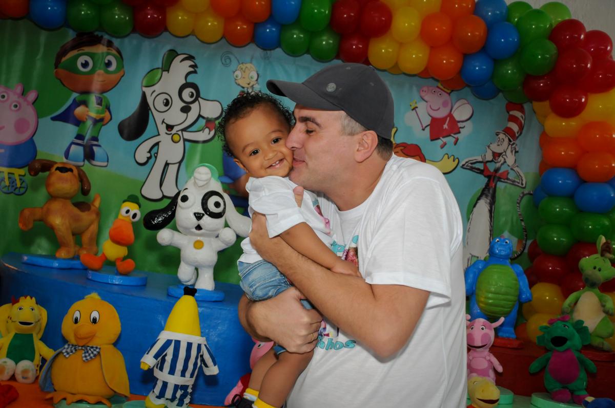 fotografia pai e filho no Buffet Fábrica da Alegria, Morumbi, SP, aniversário de Carlos 1 ano, tema da mesa Discovery Kids
