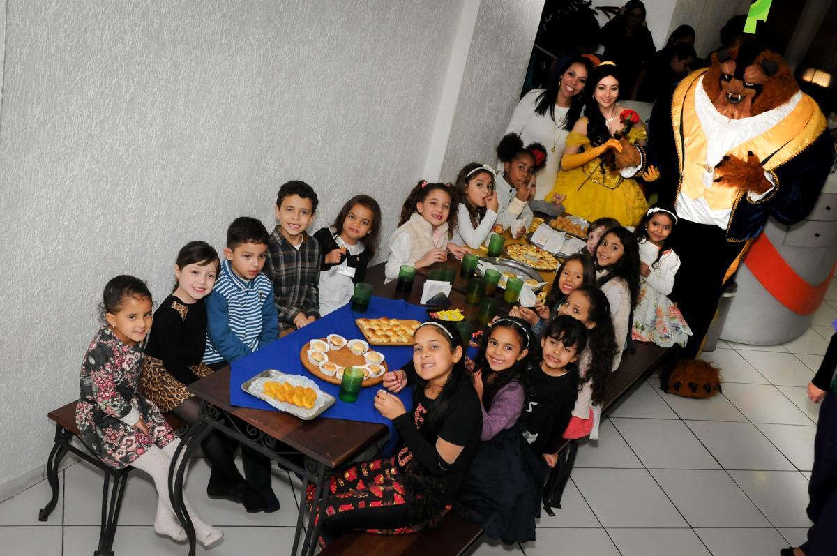 hora do lanche das crianças no buffet fábrica da alegria morumbi, sao paulo,sp, aniversário de brunna hadassa 6 anos, tema da festa a bela e a fera