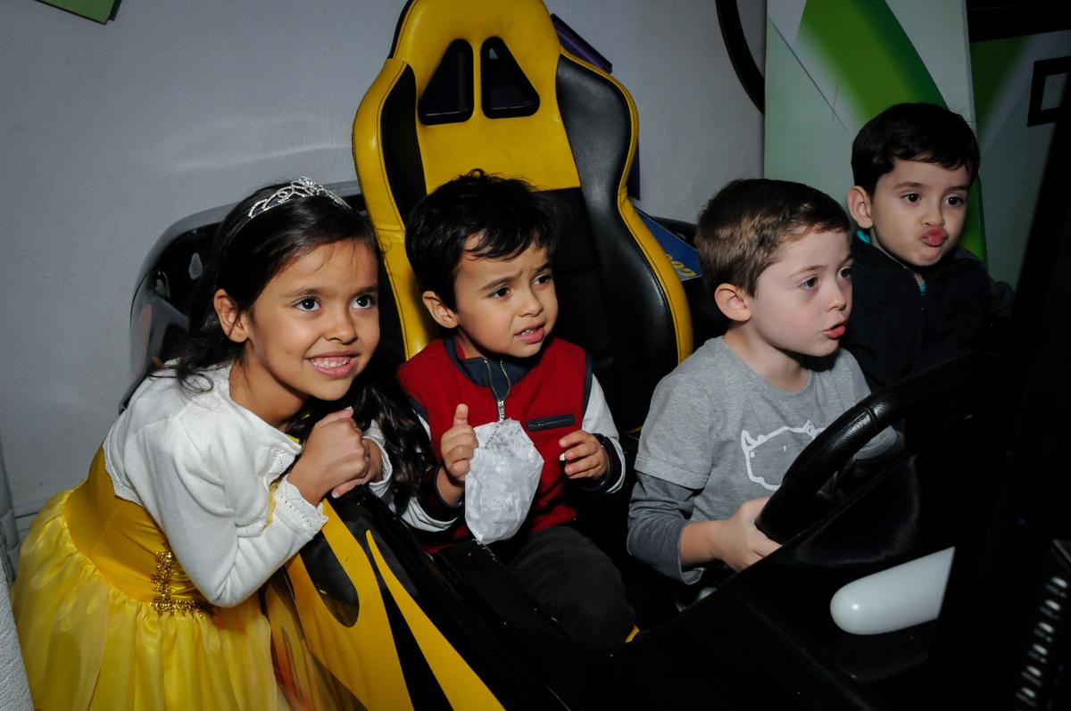 as crianças brincam no carro de corrida no buffet fábrica da alegria morumbi, sao paulo,sp, aniversário de brunna hadassa 6 anos, tema da festa a bela e a fera