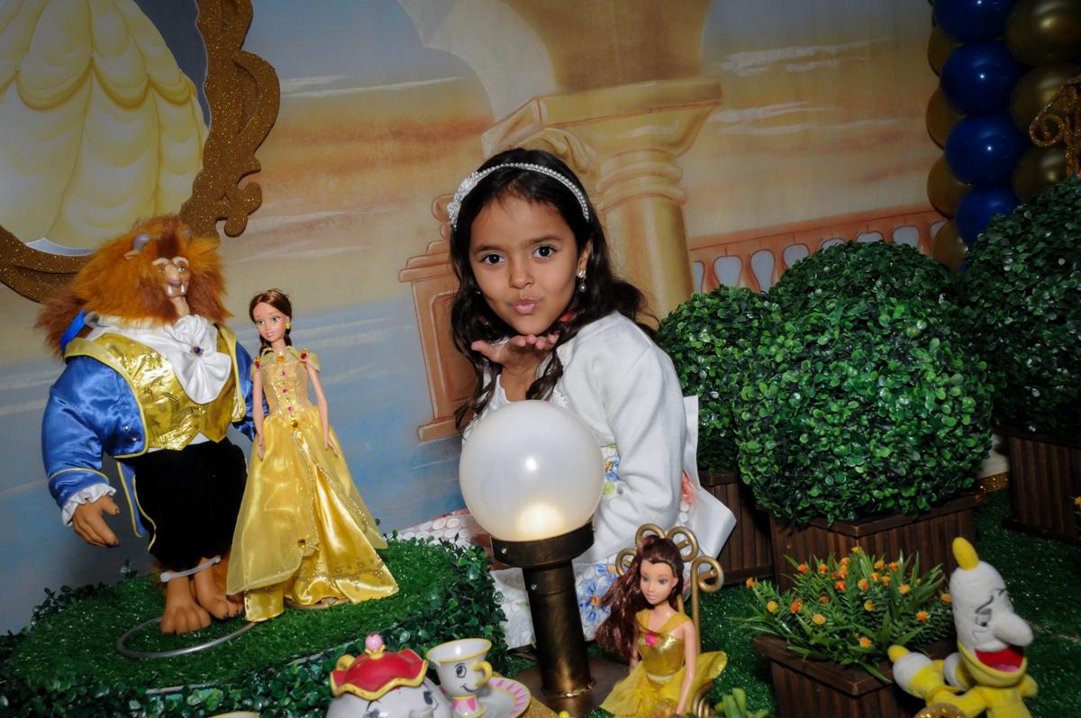 fotografia da aniversariante na mesa tematica no buffet fábrica da alegria morumbi, sao paulo,sp, aniversário de brunna hadassa 6 anos, tema da festa a bela e a fera