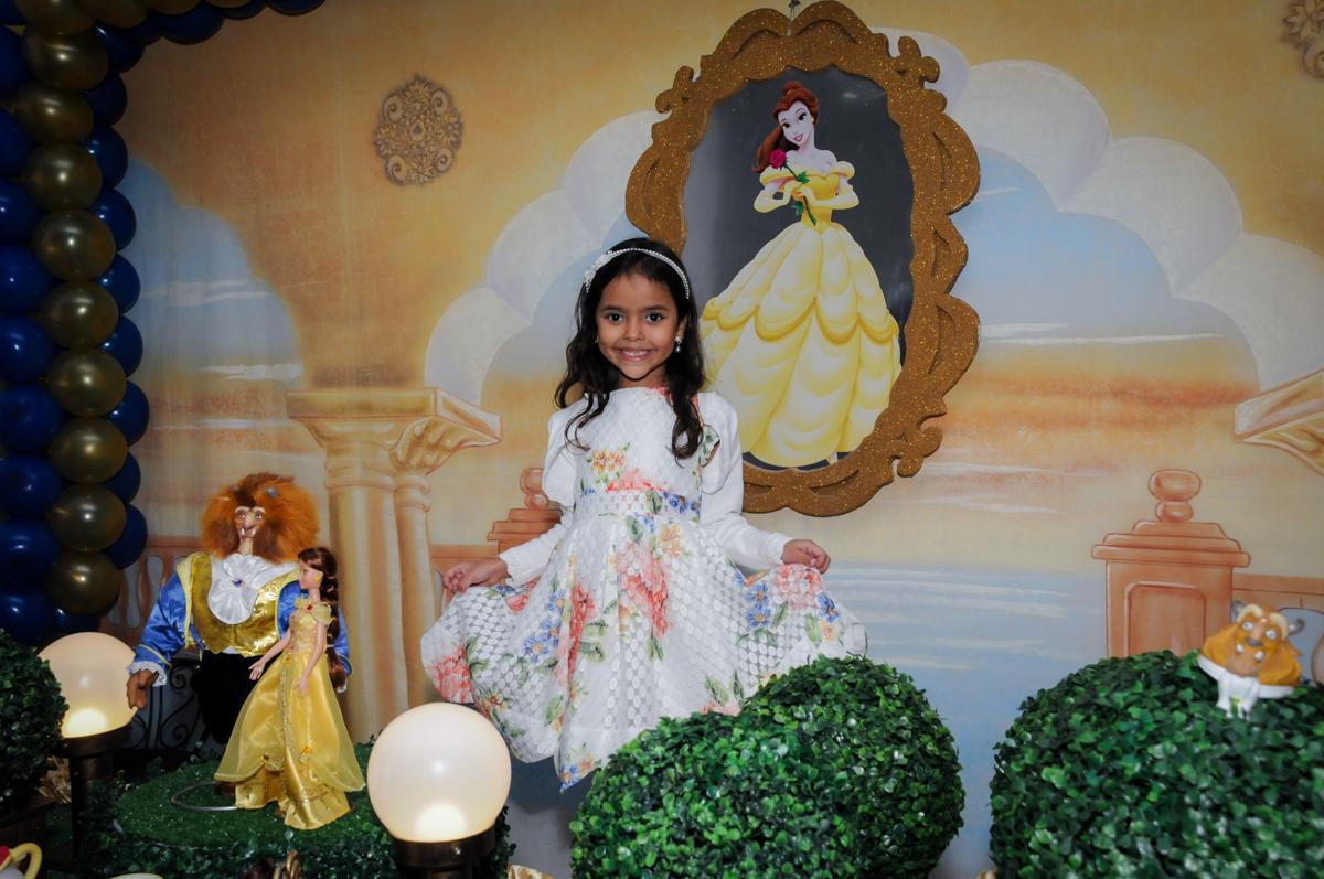 pose de princesa para fotografia no buffet fábrica da alegria morumbi, sao paulo,sp, aniversário de brunna hadassa 6 anos, tema da festa a bela e a fera