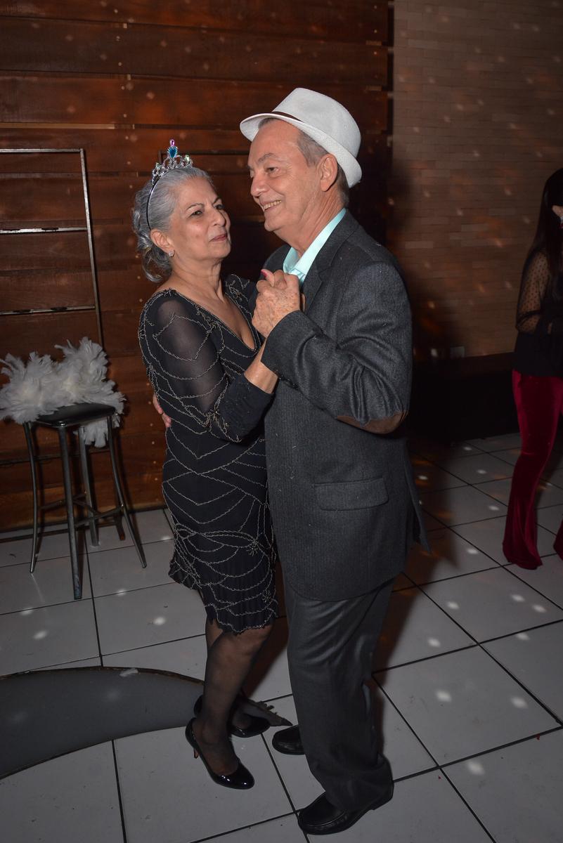 casal dançam pelo salão no Buffet Estação Club, Moema, São Paulo, SP