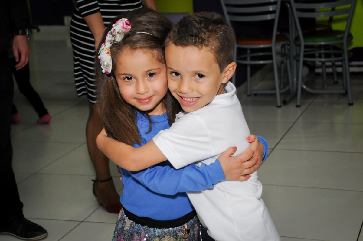 abraço da amiga no Buffet Seven For Seven, Granja Viana, São Paulo, SP, aniversário de Davi 5 anos, tema da festa Power Ranjer