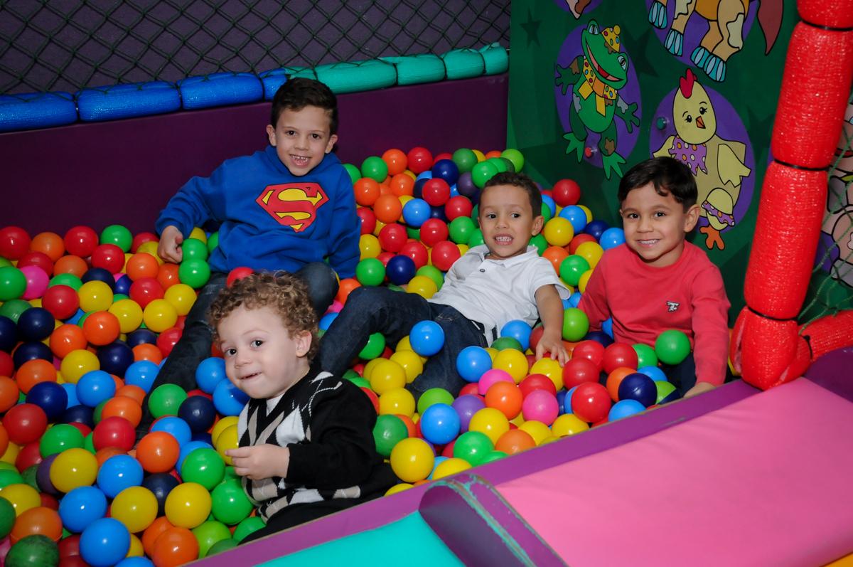 brincadeira divertida na piscina de bolinha no Buffet Seven For Seven, Granja Viana, São Paulo, SP, aniversário de Davi 5 anos, tema da festa Power Ranjer