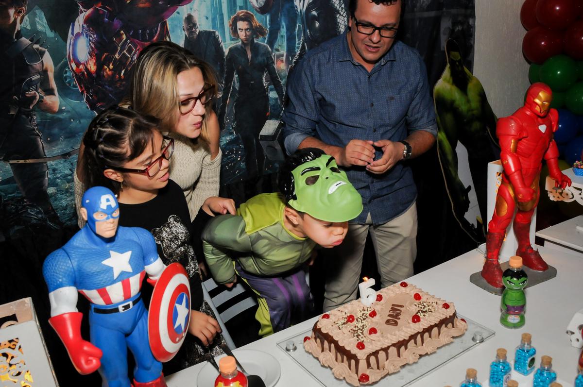 assoprando a vela do bolo no Buffet Seven For Seven, Granja Viana, São Paulo, SP, aniversário de Davi 5 anos, tema da festa Power Ranjer