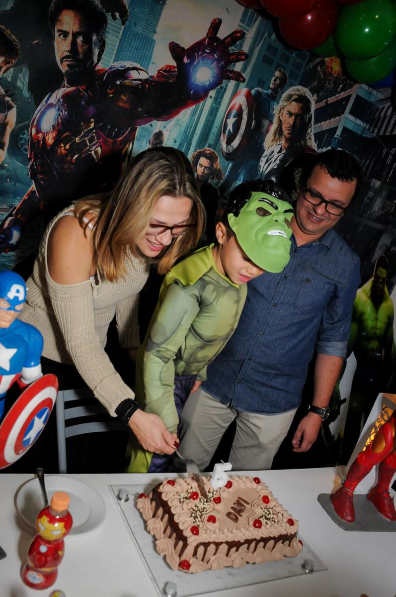 cortando o primeiro pedaço do bolo no Buffet Seven For Seven, Granja Viana, São Paulo, SP, aniversário de Davi 5 anos, tema da festa Power Ranjer