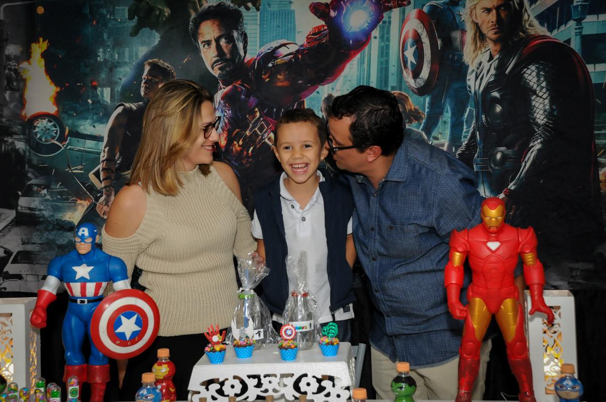 carinho dos pais no Buffet Seven For Seven, Granja Viana, São Paulo, SP, aniversário de Davi 5 anos, tema da festa Power Ranjer