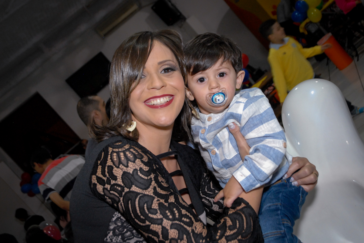 foto mãe e filho no Buffet Fábrica da Alegria, Osasco, São Paulo, SP, aniversário de Matheus 7 anos, tema da festa Power Ranger