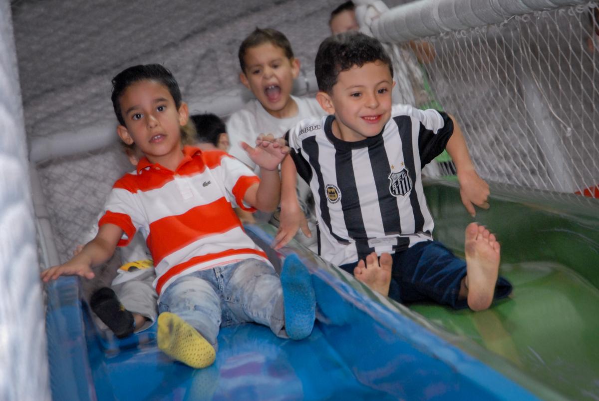 as crianças se divertem no escorregador no Buffet Fábrica da Alegria, Osasco, São Paulo, SP, aniversário de Matheus 7 anos, tema da festa Power Ranger