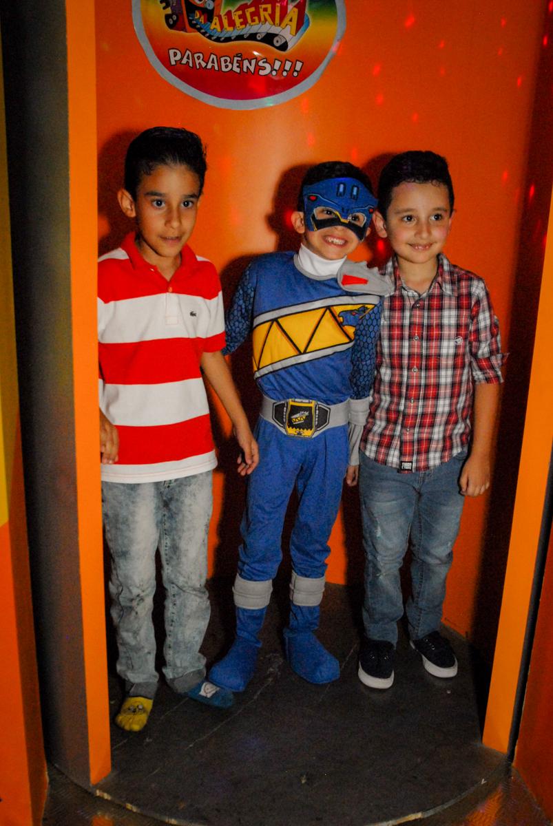 aniversariante com os amigos na máquina do parabéns no Buffet Fábrica da Alegria, Osasco, São Paulo, SP, aniversário de Matheus 7 anos, tema da festa Power Ranger
