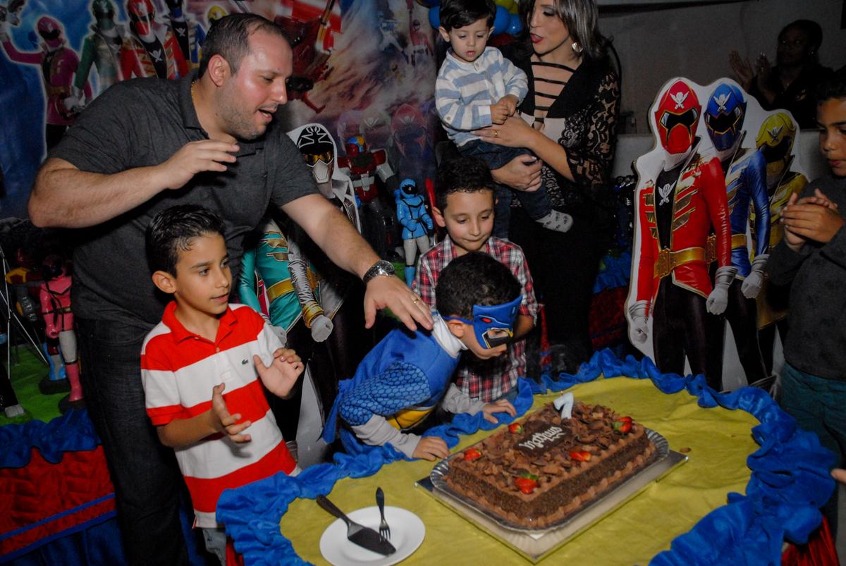 soprando a vela do bolo no Buffet Fábrica da Alegria, Osasco, São Paulo, SP, aniversário de Matheus 7 anos, tema da festa Power Ranger