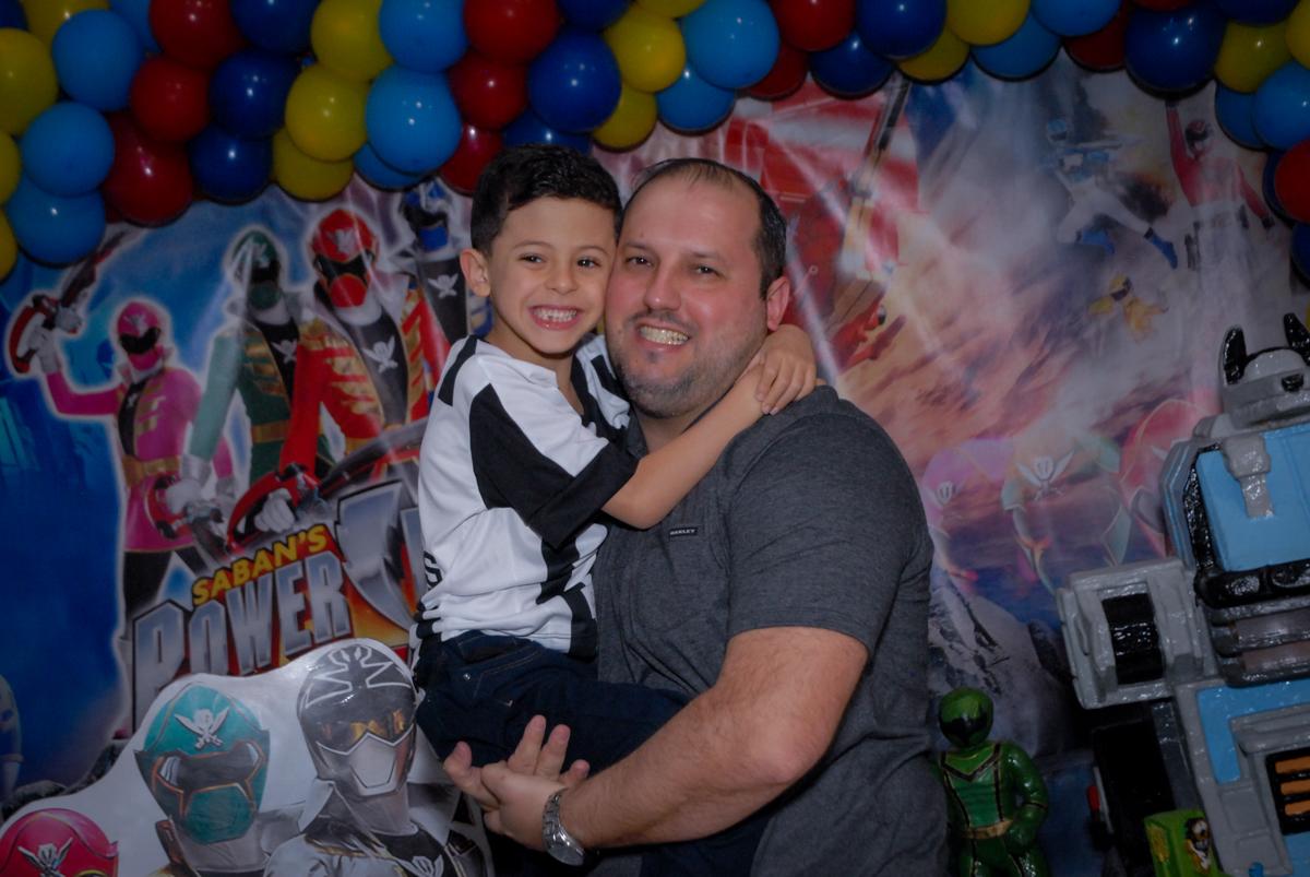 foto pai e filho no Buffet Fábrica da Alegria, Osasco, São Paulo, SP, aniversário de Matheus 7 anos, tema da festa Power Ranger