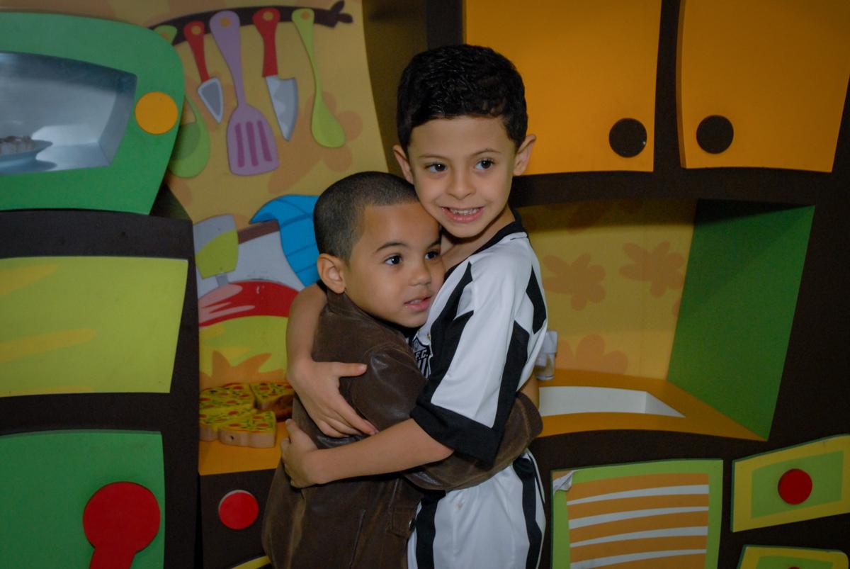 abraço no amiguinho no Buffet Fábrica da Alegria, Osasco, São Paulo, SP, aniversário de Matheus 7 anos, tema da festa Power Ranger