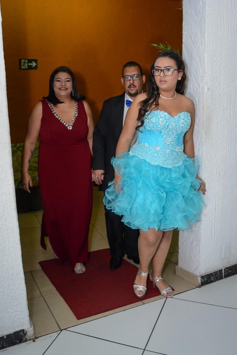 entrada da família no Buffet Zezé e Lelé, Butantã, São Paulo, SP, Anne Caroline 15 anos