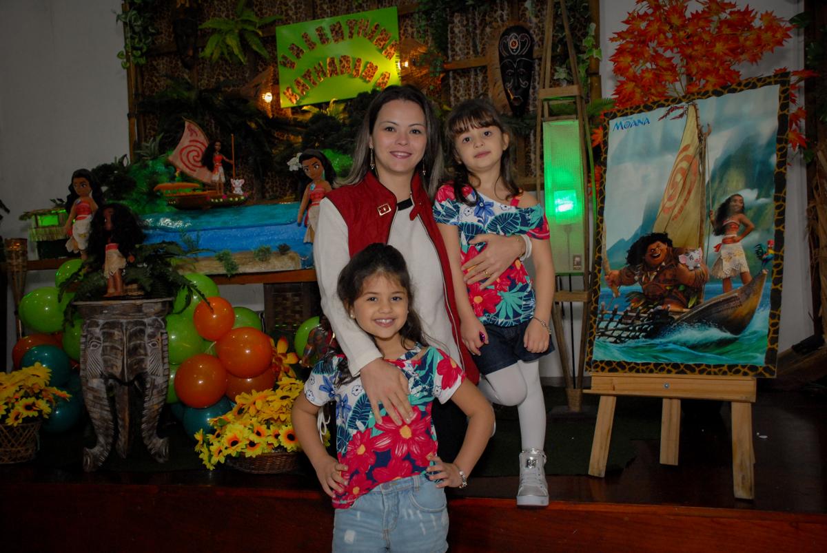 fotografia mãe e filhas no Buffet Espaço Zumba , Saude, São Paulo, aniversário de Katharina 7 anos e Valenthina 5, tema da festa Moana