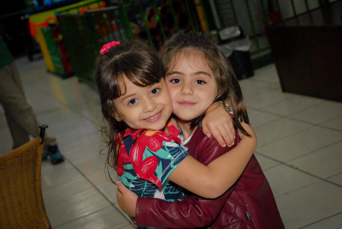 recebendo a amiga para a festa no Buffet Espaço Zumba , Saude, São Paulo, aniversário de Katharina 7 anos e Valenthina 5, tema da festa Moana