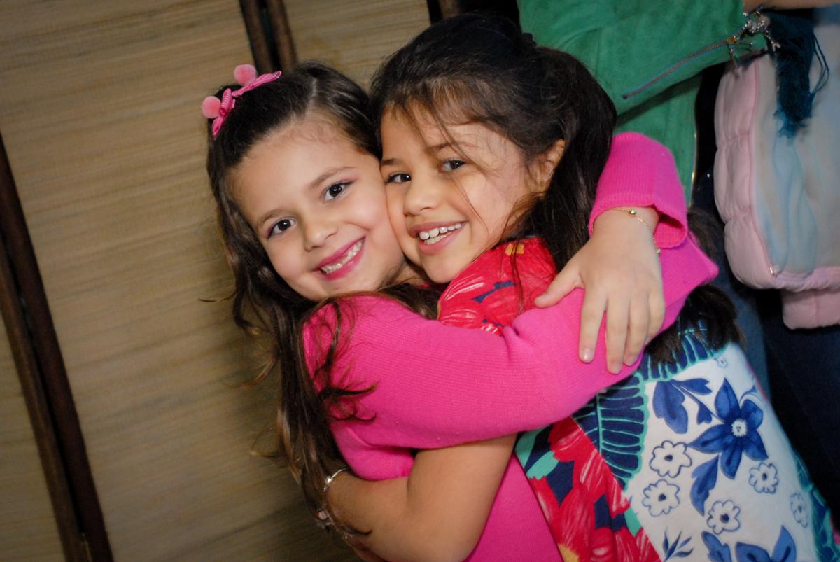 abraço gostoso no Buffet Espaço Zumba , Saude, São Paulo, aniversário de Katharina 7 anos e Valenthina 5, tema da festa Moana