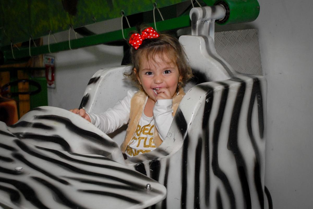 muitas risadas no carrossel no Buffet Espaço Zumba , Saude, São Paulo, aniversário de Katharina 7 anos e Valenthina 5, tema da festa Moana