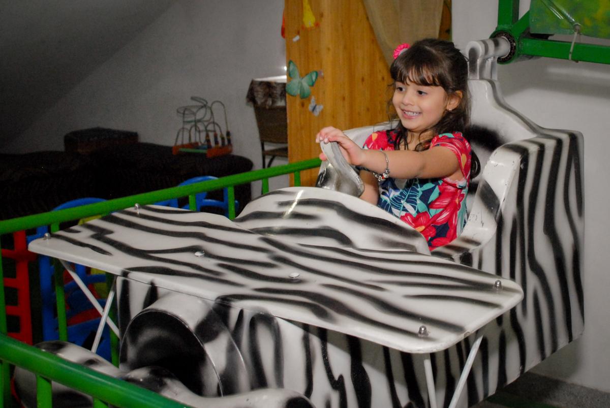 aniversariante brinca no carrossel no Buffet Espaço Zumba , Saude, São Paulo, aniversário de Katharina 7 anos e Valenthina 5, tema da festa Moana