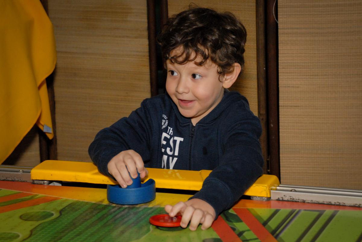 jogo de futebol divertido no Buffet Espaço Zumba , Saude, São Paulo, aniversário de Katharina 7 anos e Valenthina 5, tema da festa Moana